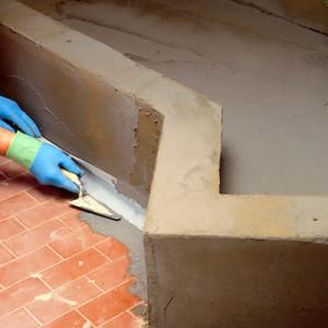 Podklad dokonale očistěte aplikujte těsnící pás ADEBAND do spojů stěna / podlaha, který zapracujte do stěrky ADEPROOF ELASTOCEM.