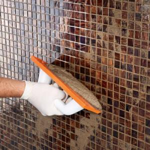 4. ADEPOXY MATERIA se aplikuje do spár ohebnou ocelovou špachtlí nebo tuhou gumou, při čem je potřeba pečlivě vyplnit celou spáru. Přebytečnou hmotu odstraňte tuhou gumovou stěrkou v diagonálním směru.