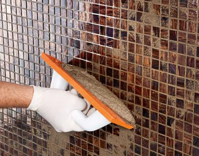 Nanášení dekorativní spárovací hmoty na keramiku a sklo