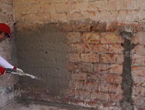 Renovace vlhkého zdiva pomocí odvlhčovacích omítek